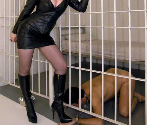 Svhiavo in prigione prima di essere torturato dalla mistress